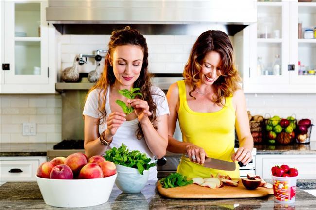 Mutfağa giriş saatlerini sınırlayın  Mutfağınıza giriş-çıkış saatleri koyun, böylece gece yeme alışkanlığınızdan uzaklaşabilirsiniz. Uykuya yakın zamanlarda yemek, daha çok kilo almanıza sebep oluyor. Mutfağınızı ve yeme-içme faaliyetlerinizi size uygun bir saatle sınırlandırırsanız daha sağlıklı kilo verebilirsiniz.