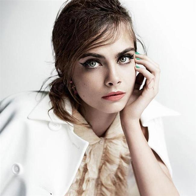 YILIN EN BAŞARILI KADIN ÜNLÜ-MODELİ: CARA DELEVINGNE (HALK JÜRİSİ)  Cara'nın bu en masum halini ünlü fotoğrafçı Mario Testino, Vogue dergisinin eylül sayısı için çekmişti.
