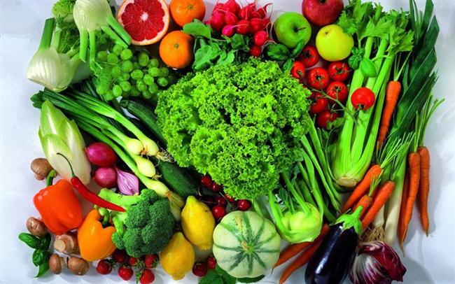 Herşeyin başı: Beslenme.   C vitamininden zengin portakal greyfurt kırmızı biber kuşburnu,  boza, kefir, yoğurt, sirke, turşu gibi fermente edilmiş faydalı bakterilerden zengin gıdalar, bağışıklık sisteminin hammaddesi olan hayvansal proteinler için balık, et ve süt ürünlerinin tüketilmesi mikroplara, soğuğa karşı dayanıklılığı arttırıyor.  Şekerli gıdalar ise bağışıklık sisteminin mikroplarla mücadelesini zorlaştırıyor, pirinç, patates, hamurişi yemekler, tatlılar, şerbetler, meşrubatlar bu açıdan zararlı görülüyor.