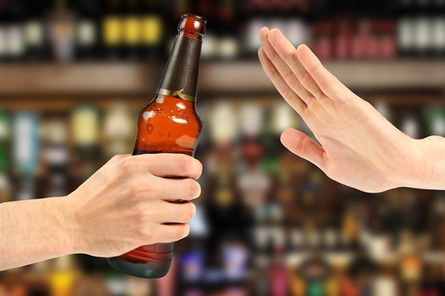 Alkol alımına dikkat!  Alkol ise kılcal damarlarda burun ve yanaklarda sıcaklık hissi, kızarmaya neden olarak vücut ısısının arttığı hissini verse de tam tersine ısı kaybına neden olarak soğuk çarpması ve donma riskini arttırıyor. Ayrıca idrarla su kaybına da neden oluyor.