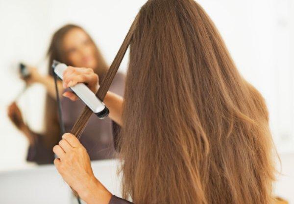 Ve sakın ama sakın, saçını 185 derecenin üzerinde herhangi bir ısıda düzleştirme!  Saç, kağıt ile aynı derecede yani 232 derecede yanar. Bu nedenle de düzleştiricilerde uygulayabileceğin maksimum ısı 185 derece. Hatta mümkün olduğunca düşük ısıda yapman, saçın için çok daha iyi! Yoksa o malum yanıkla karışık kokunun genzini yakması kaçınılmaz
