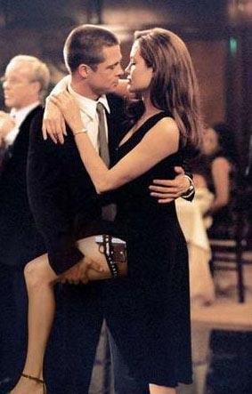 ANGELINA JOLIE VE BRAD PITT  Yönetmenliğin Doug Liman'ın üstlendiği Bay ve Bayan Smith adlı filmin çekimleri sürerken ikili arasında da aşk dedikoduları dolaşmaya başladı. O sırada Brad Hitt, Jennifer Aniston ile evliydi. İkili önce bu iddiaları yalanladı sonra gerçek ortaya çıktı. Pitt ve Jolie'nin film setinde başlayan aşkları geçen yıl evliliğe taşındı.
