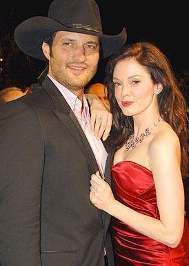 ROBERTO RODRIGUEZ VE ROSE MCGOWAN  İkili Planet Teror (Dehşet Gezegeni) adlı filmin setinde tanışıp yakınlaştı. Rodriguez, 16 yıllık eşini ve 5 çocuğu terk edip McGowan ile birlikte olmaya başladı. İkili, daha sonra nişanlandı. Ancak evlenmeden ayrıldılar.