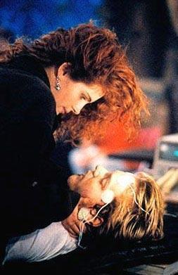 JULIA ROBERTS VE KIEFER SUTHERLAND  Aşkları Flitliners (Çizgi Ötesi) filminin setinde başladı. Ama uzun ömürlü olmadı. Roberts, Jason Patrick için Sutherland'ı terk etti.