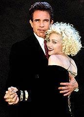 MADONNA VE WARREN BEATY  Dick Tracy filminin seti devam ederken ilişkileri vardı. Ama kısa sürdü.