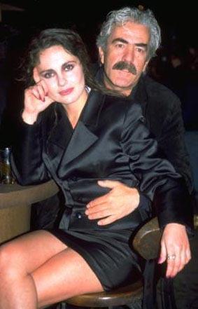 NİLÜFER AÇIKALIN VE ORHAN OĞUZ  İlk evliliğini 18 yaşında meslektaşı Peker Açıkalın ile yapan oyuncu Nilüfer Açıkalın'ın yönetmen Orhan Oğuz'la aşkı da sette başladı. iki sevgili önce birlikte yaşadı, sonra evlendi. Nilüfer Açıkalın, eşinin yönettiği birçok filmde rol aldı.