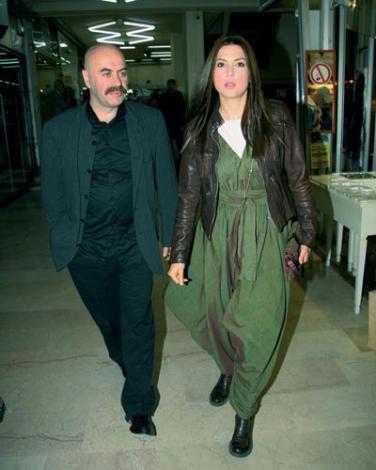 EZEL AKAY ŞEBNEM DÖNMEZ  Şebnem Dönmez, 'Neredesin Firuze' filminin çekimlerinde tanıştığı yönetmen Ezel Akay'a gönlünü kaptırdı. Çift, 2004'te Rumelihisarı'ndaki evlerinde evlendi. Dönmez, Akay'ın 'Hacivat Karagöz Neden Öldürüldü?' adlı filminde de rol aldı. İkili daha sonra boşandı.