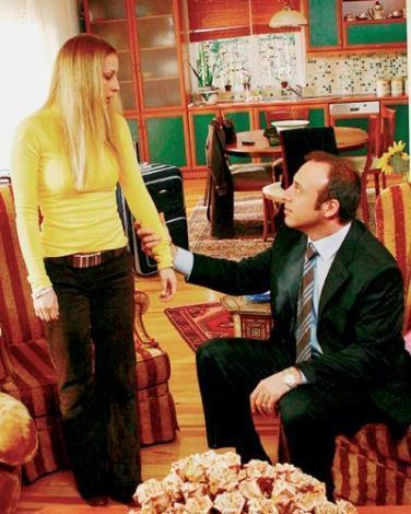 HALİT ERGENÇ VE EMEL ÇÖLGEÇEN  Halit Ergenç 'Aliye' dizisinde oynarken kardeşi rolündeki Emel Çölgeçen'le kısa bir aşk yaşamıştı.