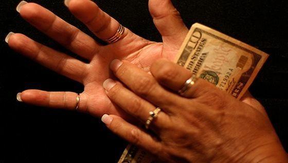 Sağ avuç kaşınırsa para gelir, sol avuç kaşınırsa elden para çıkar.
