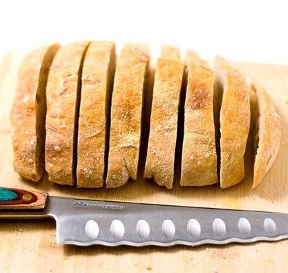Bıçakla ekmek kesilmez, evin bereketi kaçar. Ekmek kırıntılarını yere atmak, ayakla çiğnemek evin bereketini götürür. Bir kişinin üzerinde dikiş dikilirse o kişinin kısmeti bağlanır. Bismillah demeden yemek yiyen kişi doymaz. Şeytan da onunla birlikte yemek yer.