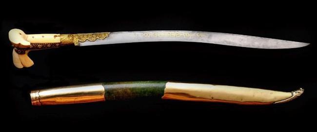 YATAĞAN  Eskiden yeniçerilerin kullandığı, uzun, ağır, namlusu eğimli, iki yanı da keskin bir tür kılıç