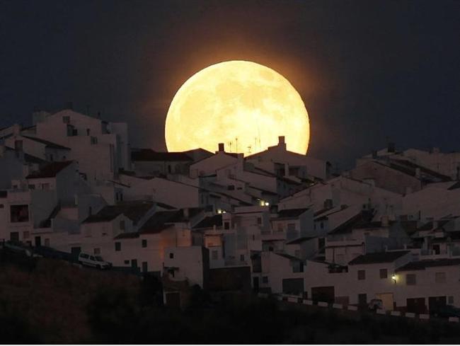 AYSAR  1. Ay`ın etkisiyle huyunun değiştiği sanılan (kimse). 2. Değişken, kararsız (kimse)