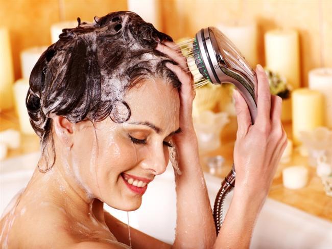 Saç yıkama şeklinize dikkat edin!  Saçlar yıkanırken genelde saç dipleri sert bir şekilde yıkanmaktadır. Ancak bu durum saç diplerinin zarar görmesine sebep olur. Saçlarınızı yıkarken saç diplerinizi parmak uçlarınızla masaj yapar şekilde yıkamalısınız. Bu hareketle saç diplerinizi uyarır ve kan dolaşımını hızlandırırsınız. Bu yöntem de saçlarınızın uzamasına etki eden önemli faktörlerden biridir.