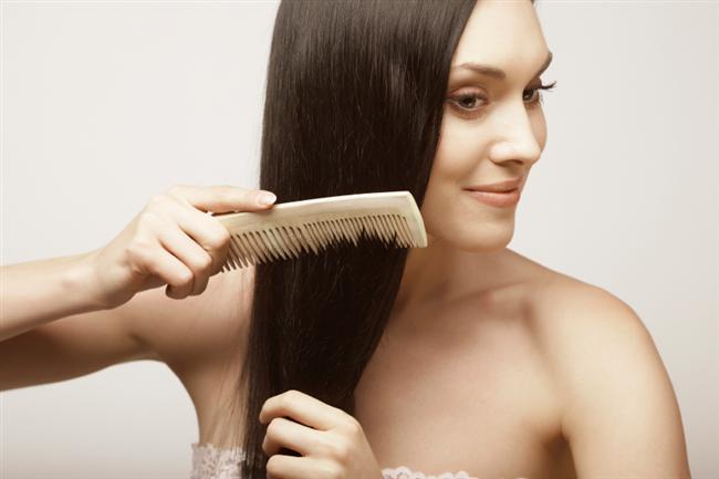 Saçlarınızı tarayın  Bunu genellikle hepiniz yapmaktasınız. Peki, saçlarınızı taramanın saç uzamasına nasıl etkisi var? Saçlarınızı taramak saç diplerinize masaj yaparak kan akışını hızlandırmanızı ve böylece saçlarınızı beslemenizi sağlayacaktır. Beslenen saçlarınız ise daha hızlı uzama gösterecektir. Geniş dişli fırça seçerseniz de, saçlarınızı tararken kırılmaktan kurtarmış olursunuz.