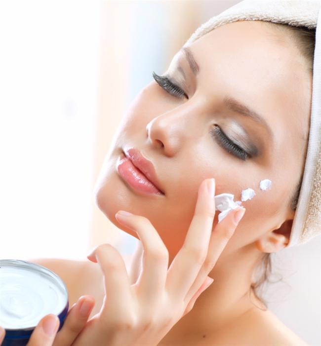 Patates suyu - Bal - Yumurta sarısı (Maske)  Saçlarınızı hızlı uzatacak bir diğer tavsiyemiz ise, yine evinizde bulabileceğiniz malzemelerle yapacağınız bir maske tarifi. Haşlanmış patatesin suyu, bal ve yumurta sarısını karıştırarak oluşturduğunuz maskeyi, saç diplerinizden başlayarak aşağıya doğru uygulamalısınız. Bu maske ile saçlarınız hem hızlı uzayacak hem de nemli saçlarınız olacaktır.