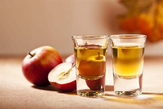 Elma sirkesi  Yine elinizin altında olan malzemelerden biri; elma sirkesi. Burada dikkat etmeniz gereken, sirkenizin organik olması. Marketlerden aldığınız çoğu sirke katkı maddesi içermektedir. Organik elma sirkeniz var diyelim. Peki nasıl kullanacaksınız? Saçlarınızı uzatmak için yapacağınız tek şey, durulama suyunuza 2-3 damla elma sirkesi katmak. Elma sirkesi saç köklerinizi besleyecek ve sonunda daha uzun saçlara sahip olabileceksiniz.