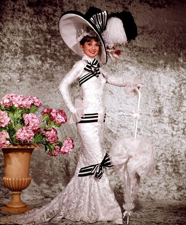 1964 yapımı Benim Tatlı Meleğim(My Fair Lady) filminde Audrey Hepburn'ün üzerinde harika duran bu gösterişli elbise