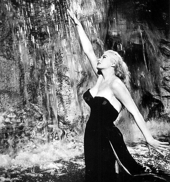 1960 yapımı Tatlı Hayat(La Dolce Vita) filminde en iyi kostüm ödülünün kazanılmasında rolü olan, Anita Ekberg'in taşıdığı ikonik elbise