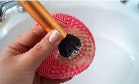 Bütün üşengeçliğine rağmen, makyaj fırçalarını yıkamak, yıkayabilmek...