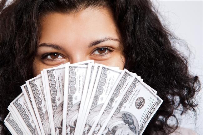 Çok Para Harcayan Kadın  Tutumlu, hesabını bilen, bir evi döndürecek kadınlar evlenilecek kadın kategorisine daha rahat giriyor. Ama gerekli gereksiz demeden her şeye para harcayan, tutumsuz olan kadınlar erkeklerin pek tercihi değil.