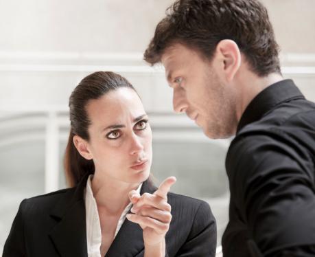 Patronluk Taslayan Kadın  İlk başta yapacağınız patronluk, erkek arkadaşınızın hoşuna gidecektir fakat daha sonra bu davranışınızın hoş bir yanı kalmayacak ve kendini sevgilisiyle değil de bir öğretmenle vakit geçiriyor gibi hissedecektir. Bu onu mutsuz eder ve sizden uzaklaştırır.