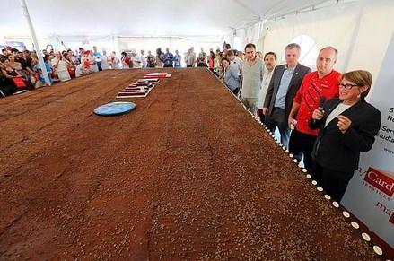 Tabiki bunun da rekoru var. En büyük brownie rekoru  Dünyada yapılmış en büyük brownie 2 ton ağırlığındaydı. İçinde 650 kg şeker, 160 kg kakao, 190 kg bitter çikolata, 245 kg un ve 8.400 yumurta vardı. Ve toplamda 8 milyon kalori içeriyordu!