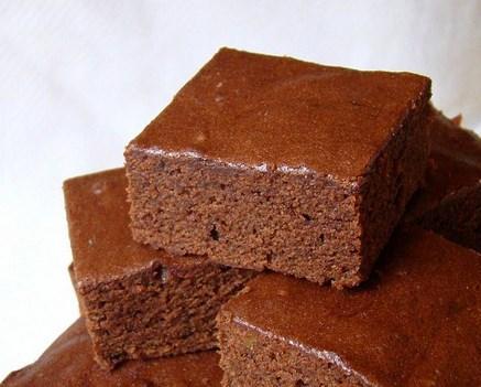 Cakey dedikleri kabarık ve kekimsi  Cakey brownie'nin fudgy dedikleri çeşitten içerik olarak tek farkı içinde kabartma tozu olması. Kabartma tozu dolayısıyla kabarık ve her evde yapılan klasik keklere çok benziyor.
