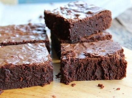 Fudgy dedikleri daha yoğun ve yapışkan  Fudgy dedikleri çeşidi bizde yapılan keklere benzemiyor. İçi yapışkan ve çok yoğun çikolatalı. Cakey brownie'de un bolken bunda tereyağı ve çikolata çok bol. Kabartma tozu da olmadığı için daha basık ve iç tarafı yumuşak.