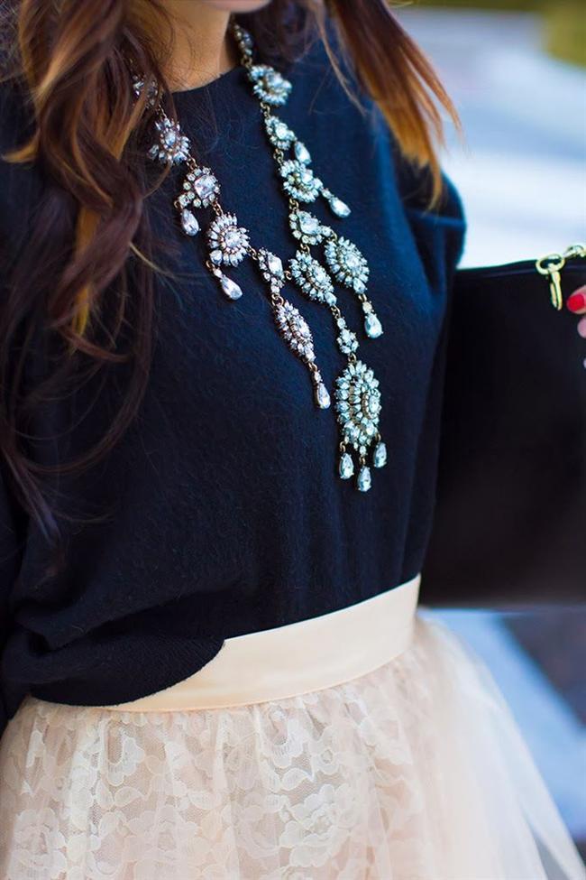 Kazak üstü kolyeler bu kış çok moda! Kazakları süsleyen en sade kıyafete bile hareket katan bu kolyeleri denemeye ne dersiniz?