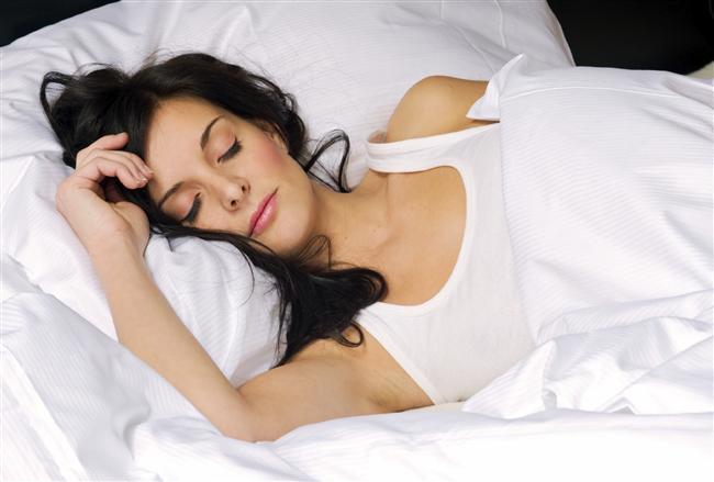 Uykunuzu alın.  Uykusuz kalmak, mutsuzluk ve depresyonun başlıca sebeplerinden biridir. Vücudunuza ne kadar iyi davranırsanız ruhunuz size o kadar minnettar kalacaktır.