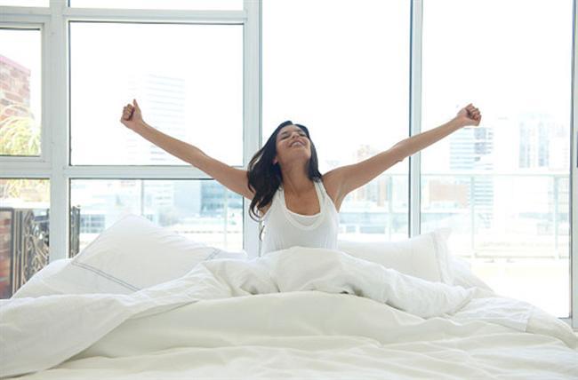 Güne başlarken hayatınızın olumlu bir yanını kendinize hatırlatın.  Olumsuz düşünceler üstünde olumlu olanlardan daha çok vakit harcarız. Pozitif kalabilmek için, yataktan çıkmadan önce hayatınızdaki iyi şeylerden birini anımsamak küçük ama etkili bir yöntem.