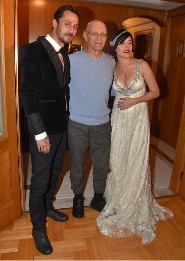 Akciğer kanseri olan Atilla Özdemiroğlu'nun evinde düzenlenen kutlamaya Gani Müjde, Zeyno Günenç ve Yonca Evcimik katıldı. Çiftin evlilik yüzüklerini Atilla Özdemiroğlu taktı.