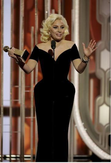 """Müzikal ve Komedi dalında En İyi Erkek Oyuncu ödülünü """"The Martian"""" (Marslı) filminin başrol oyuncusu Matt Damon kazandı. Gecede ödül alanlar arasında Lady Gaga da vardı."""