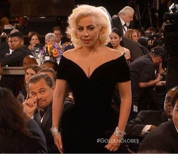 En İyi Kadın Oyuncu (TV Filmi ve Mini-Dizi) ödülünü alan Lady Gaga, sahneye çıkarken oyuncu Leonardo DiCaprio'ya kalçasıyla vurunca ilginç anlar yaşandı. Olanlar karşısında kısa süreli şaşkınlık yaşayan DiCaprio objektiflere böyle yansıdı.