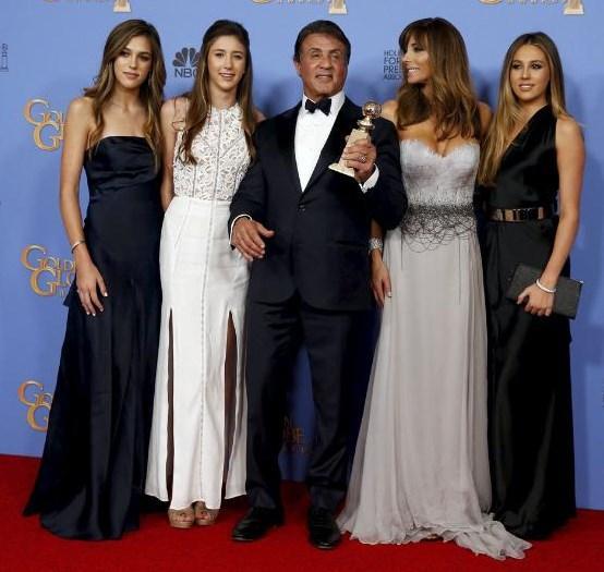 """Gecede en İyi Yardımcı Erkek Oyuncu ödülünü, Rambo ve Rocky filmleriyle tanınan ünlü sinema oyuncusu Sylvester Stallone """"Creed"""" filmindeki rolüyle kazandı. Usta oyuncu Stallone, ödül açıklandığında salondan büyük alkış topladı."""