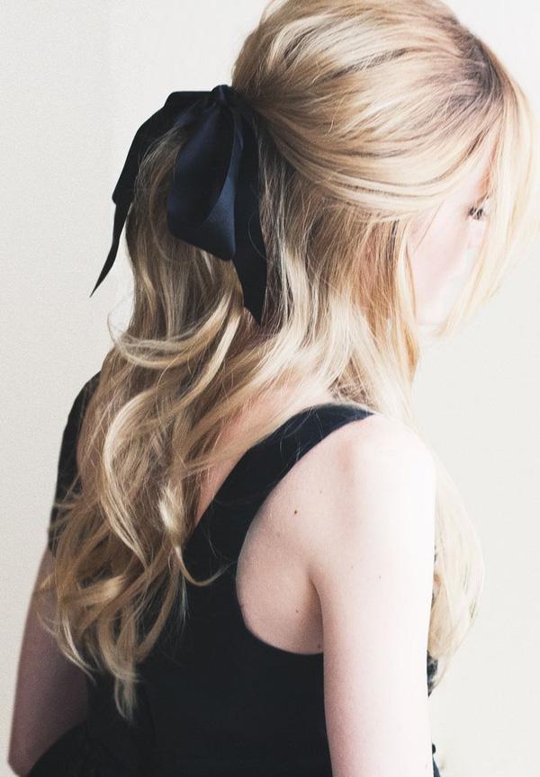 Şimdilerde moda olan bu kurdalelerle saçlarınıza ayrı bir hava katmaya ne dersiniz?   İşte size ilham olabilecek en güzel kurdeleli saç modelleri...