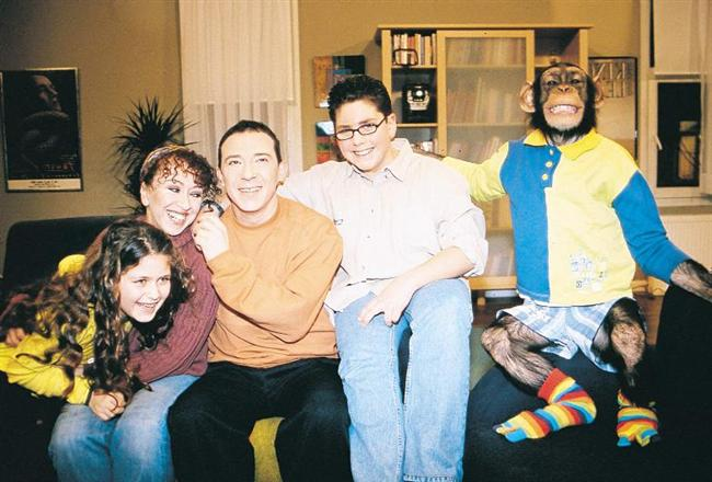 Çarli İş Başında  Gönlümüzün orta yerinde taht kuran bu maymun 2000 yılında bizi bambaşka bir dizi türüyle tanıştırdı. Yeliz Yeşilmen'den İlker Aksum'a birçok oyuncu da bu dizide ünlendi.