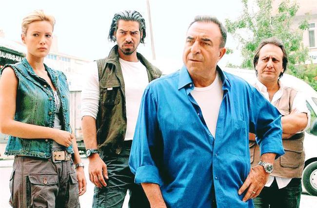 """Arka Sokaklar  """"Adam pisliğin teki çıktı Rıza Baba"""" cümlesini defalarca duyduğumuz her bölümde """"CSI""""lı Amerikan dizilerine nanik yapan dizi."""