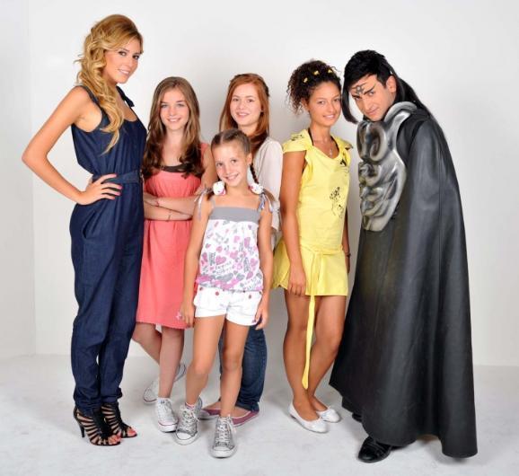 Selena  SE - LE - NA! Sinem Kobal büyüdüğünde ve bir dizide başrol olduğunda ise yıl 2006'ydı. Biraz kurgu biraz yurt dışı versiyonlardan destekle; çocuklar arasında epey popüler bir dizi oldu.