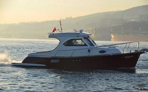Ailesiyle kavga edip evden ayrılan karakter, aileye ait küçük de olsa bir teknede yaşamaya başlar.