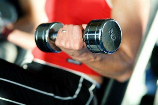Daha fazla kalori yakmak için ne yapmalıyız? İşte bu bilgilerden yararlanarak kalori yakma hızınızı arttırabilirsiniz.  Ağırlık çalışmak   30 dak 135 kalori