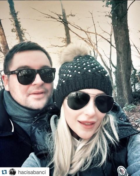 Özge Ulusoy  Hava 0 dereceyken selfie için durmamanızı şiddetle tavsiye eder, güzel bir haftasonu dileriz 😎❄️😎❄️