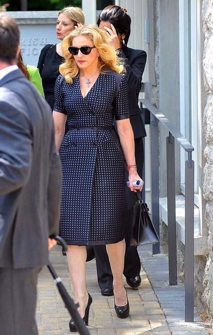 Madonna - David Collins Cenazesi  Madonna'yı sevmek için bir sebep daha. Sen Madonna ol ama cenazeye bir mürebbiye gibi sakin abartısız ve sade git.