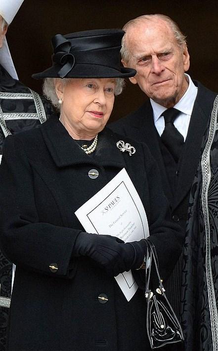 Kraliçe Elizabeth - Margaret Thatcher  Kraliçe zaten cenazelere katılmak için doğmuş sanki.