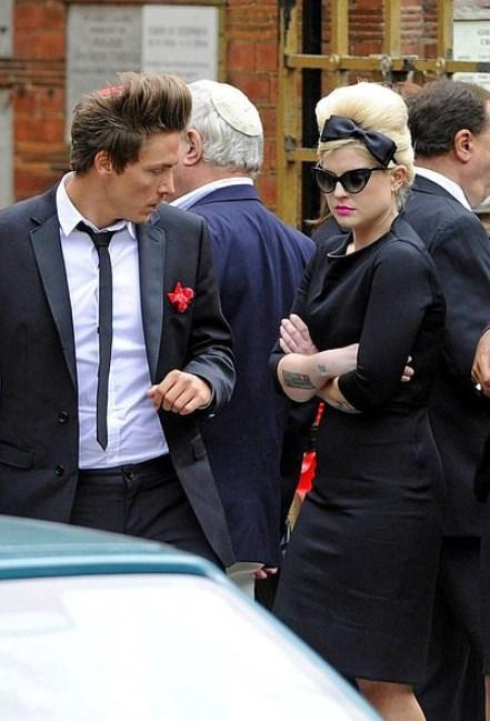 Kelly Osbourne - Amy Winehouse  Bir dostun cenazesine giderken yapılabilecek en tatlı şeylerden birini yapmış Kelly Osbourne. Üstünde ona ait izler taşımak acıyı katlar belki ama gideni göndermemeye de bir atıftır.