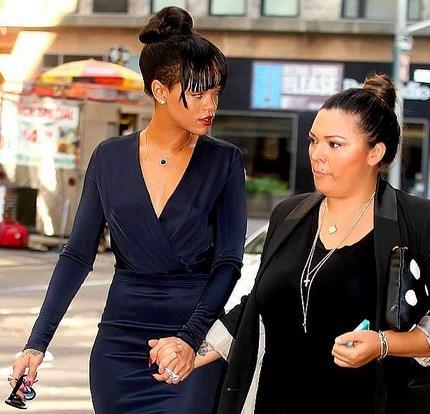 Rihanna - Büyükannesinin cenazesi  Bu kadın hep güzel. Büyük annesinin cenazesine sade bir pantolon ve tişörtle de gitseydi de çok güzel olacaktı.