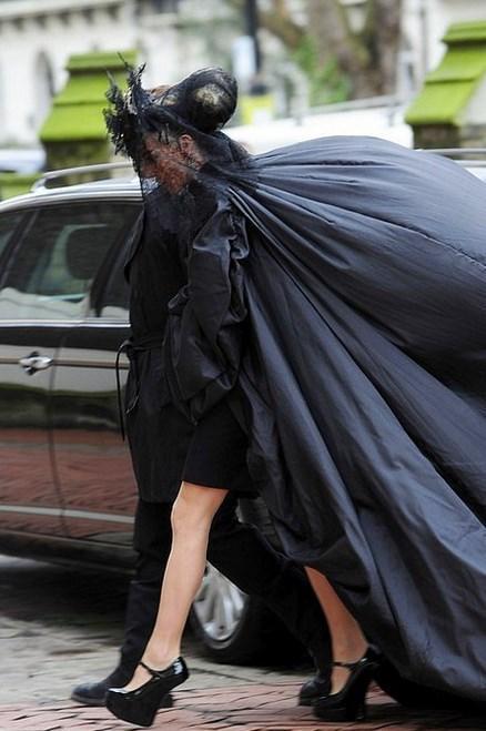 Lady Gaga - Ünlü tasarımcı Alexander McQueen'in cenazesi  Cenazeye hayalet olarak katılmak isteyenler için mükemmel bir tercih.