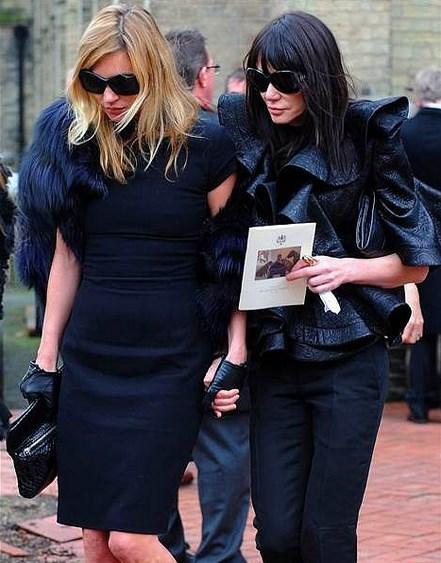 Kate Moss  Yine bir  Alexander McQueen cenazesi katılımı. Tasarımcı olduğunuzda sanırım cenazenizin yılın en iyi defilesine dönüşmesi kaçınılmaz oluyor.