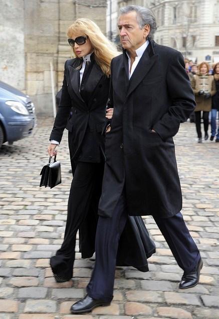 Arielle Dombasle - Andrée Putman cenazesi  Bu kıyafet tam 6 aydır bu cenazeyi bekliyordum kıyafeti.