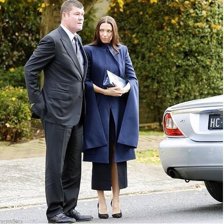 Erica Packer - Paul Ramsay Cenazesi  Listedeki en şık cenaze kıyafet bu diyebiliriz. Zengin hayır işleri yapan birinin cenazesine gidiyorsanız bu tarz kolsuz uzun ceketler sizi otomatik olarak hüzünlü ve asil gösterecektir.